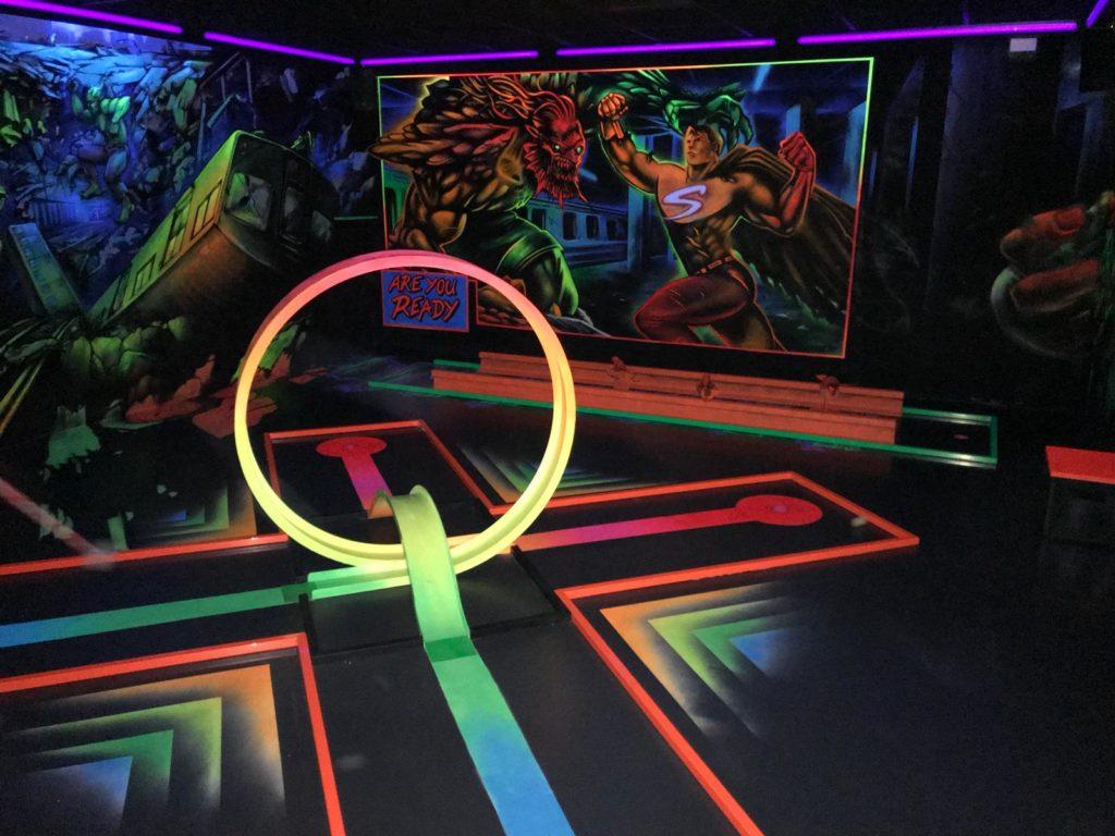 Minigolf: Bahn 7 und 8 der Schwarzlichthalle