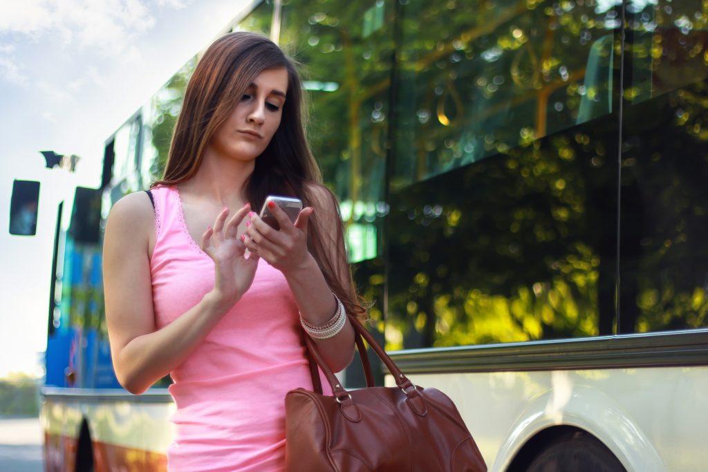Bild: Frau - Bushaltestelle