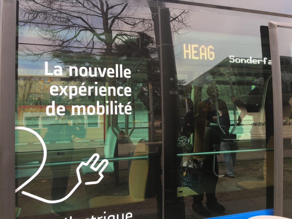 """""""La nouvelle expérience de mobilité"""" ist die Aufschrift des Elektrobusses"""