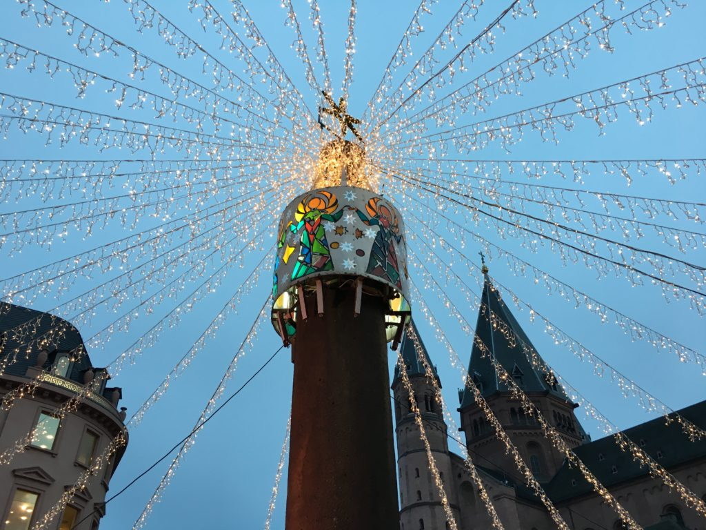 Ein Meer aus Lichterketten bedeckt Teile des Weihnachtsmarkts