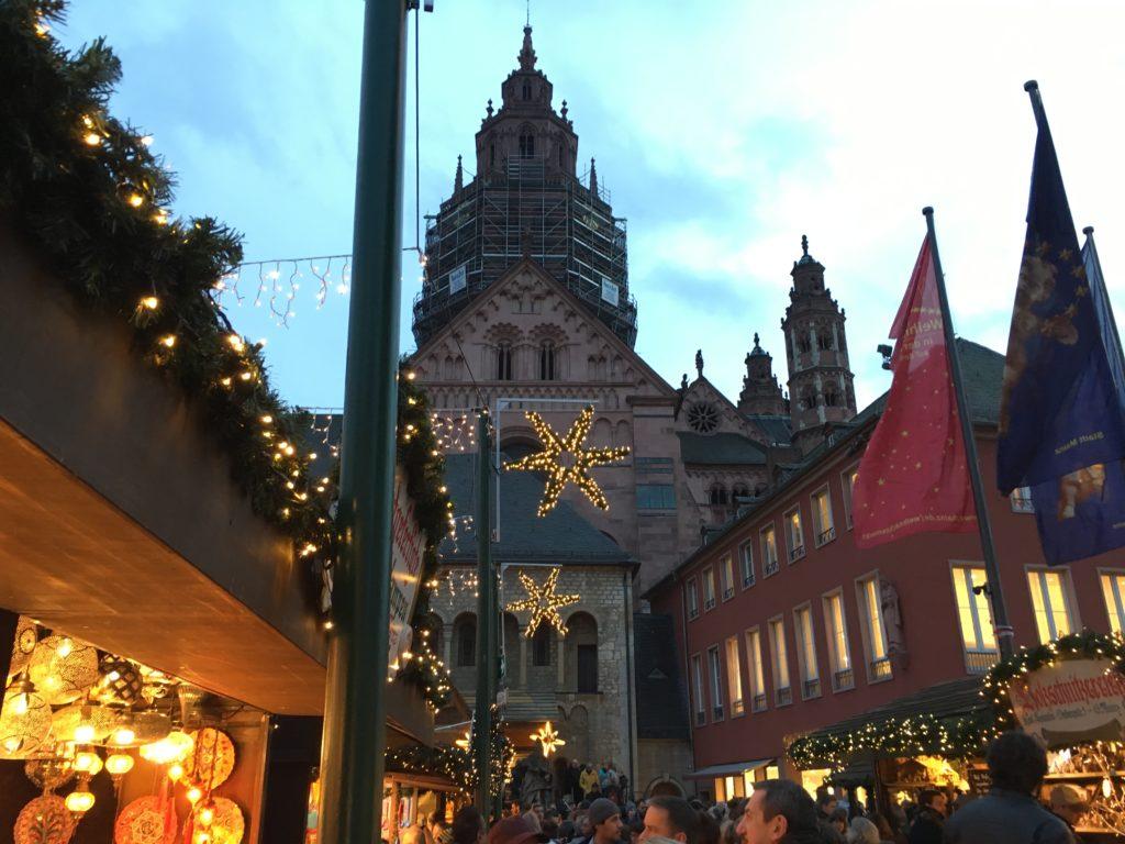 Der Mainzer-Weihnachtsmarkt findet vor den Domplätzen statt