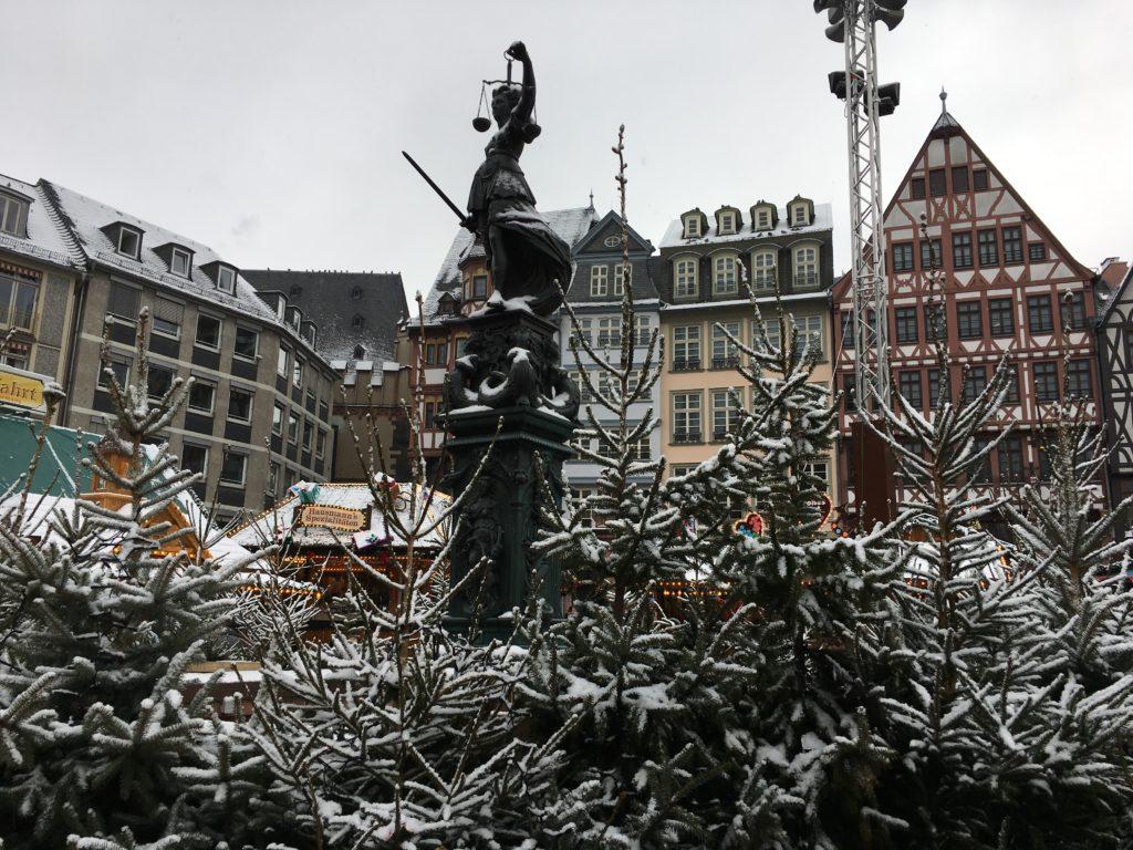 Dass es heute schneite, lässt sich nur noch an Dächern und Bäumen erkennen