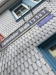 In der Darmstädter Straße erinnert nun auch ein Schild an Roßdorf's Vergangenheit