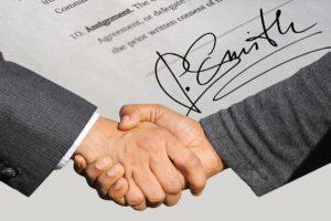 Symbolbild: Handschlag, Abkommen, Unterschrift