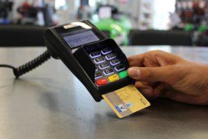 Symbolbild: Kartenzahlung überholt erstmals Barzahlungen