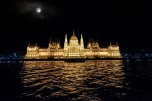 Symbolbild: Parlamentsgebäude Budapest - Nach Zusammenstoß auf der Donau - mindestens sieben Tote