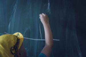 Symbolbild: Kind schreibt auf Tafel