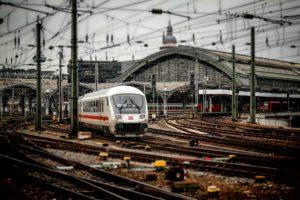 Symbolbild: Frankfurt: Mutter und Kind vor Zug gestoßen - 8jähriger stirbt