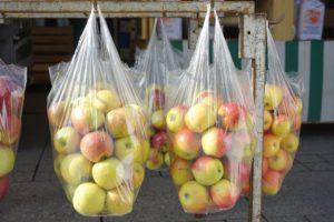 Symbolbild: Äpfel, die in Hemdchen-Beutel - also einer Plastiktüten - verpackt sind.