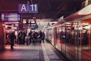 Symbolbild: Unfall im S-Bahn-Tunnel: 21-Jähriger fängt Feuer