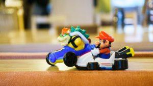 Symbolbild: Mario und Bowser treten in einem Kart-Rennen gegeneinander an.