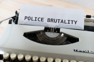 Symbolbild: Polizeigewalt: Polizist kniet auf 15-Jährigen