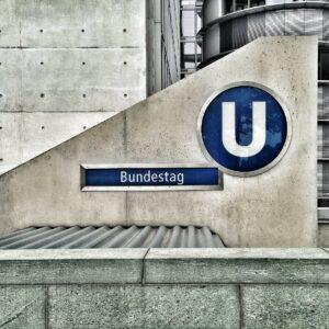 Symbolbild: Bundestag erhebt sich für Polizei
