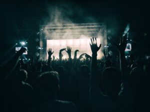 Symbolbild: Silvester-Party in Frankreich mit 2500 Menschen